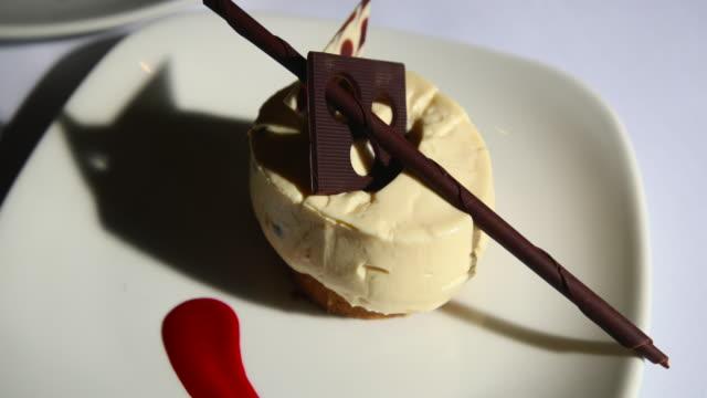 a delicious cheesecake - deser filmów i materiałów b-roll