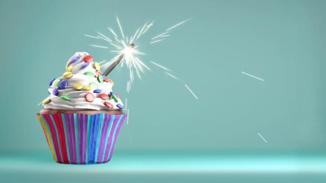 läcker cupcake med ett tomtebloss för en händelse fest. - cupcake bildbanksvideor och videomaterial från bakom kulisserna