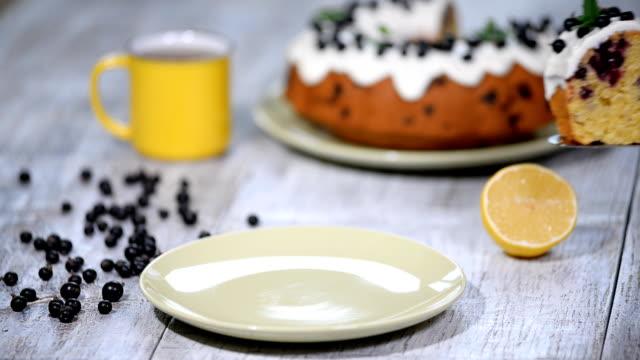 köstliches dessert schwarze johannisbeere, süßen köstlichen urlaub kuchen mit schwarzen johannisbeeren und zitroneglasur auf einem tisch im rustikalen stil. - glutenfrei stock-videos und b-roll-filmmaterial
