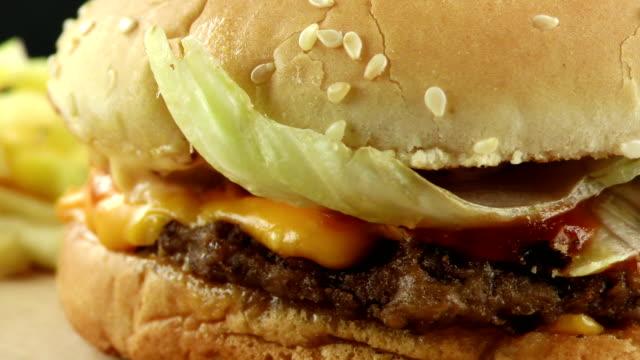 вкусный фаст-фуд мясо гамбургер - сочный стоковые видео и кадры b-roll