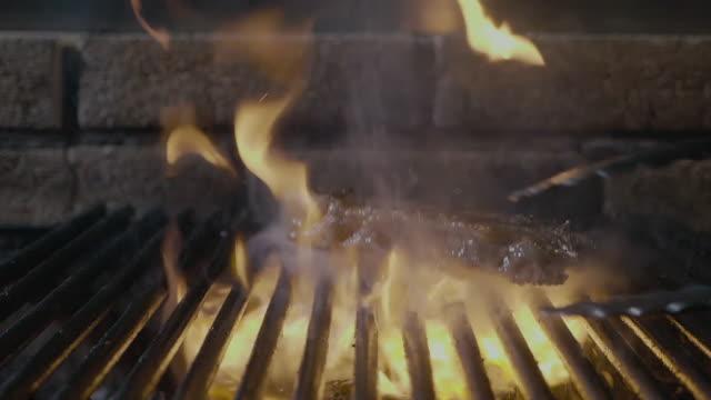 delicious fillet meat on the barbeque grill - szpatułka przybór do gotowania filmów i materiałów b-roll