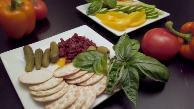 vídeos y material grabado en eventos de stock de deliciosas placas de comida de dieta mediterránea, keto, y paleo dietas, mostrando verduras, albahaca. - dieta paleolítica