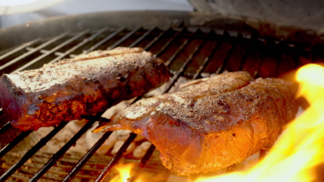 vídeos de stock e filmes b-roll de delicious frenched gourmet new zealand rack of lamb on a flaming grill - meat plate