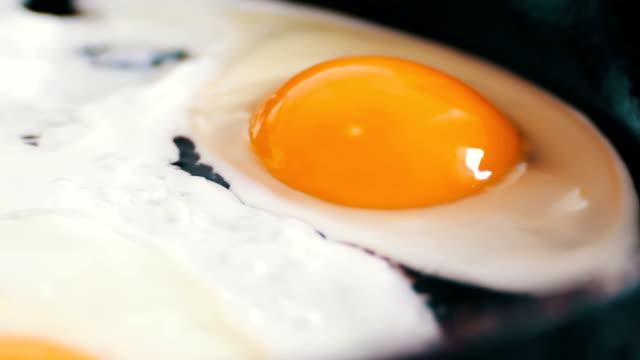 vídeos y material grabado en eventos de stock de deliciosos huevos frescos freír en sartén - frito