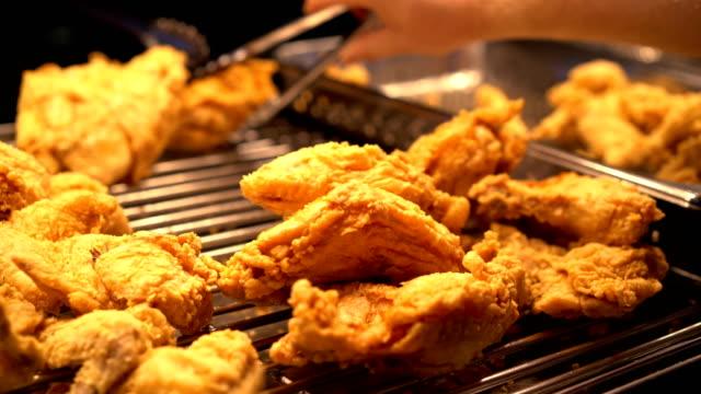 vidéos et rushes de poulet frit délicieux sous warmers - aliment frit