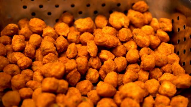 vidéos et rushes de gombo frit délicieux sous warmers - aliment frit