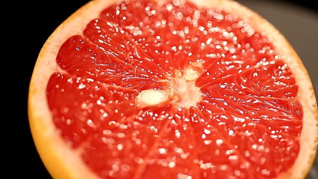 vidéos et rushes de pamplemousse délicieux coupés pour presser des jus de fruits frais, agrumes en menu santé - pamplemousse