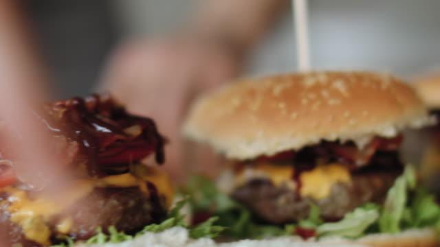 delicious homemade burger ready-to-eat - cheeseburger filmów i materiałów b-roll