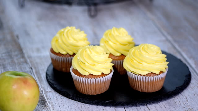 おいしい自家製ケーキ イエロー クリーム。 - カップケーキ点の映像素材/bロール