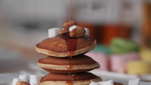 läckra hemlagade pann kakor med chokladsirap. begreppet dessers och godis. - crepes bildbanksvideor och videomaterial från bakom kulisserna