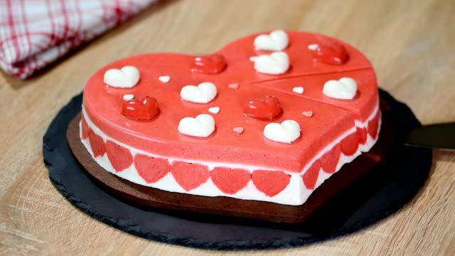 ハートの形をした美味しいムースケーキ。バレンタインの日のためのケーキ。 - バレンタイン チョコ点の映像素材/bロール