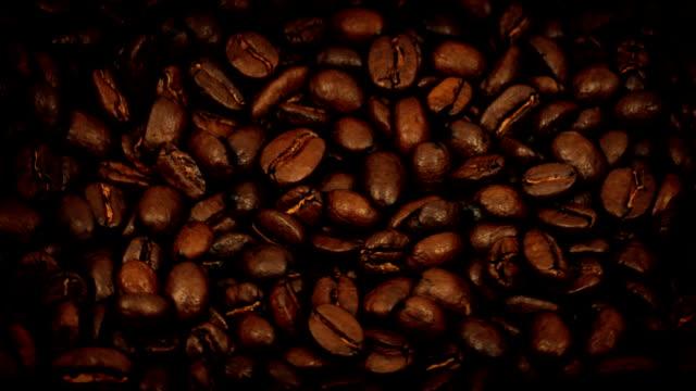 美味しい豊かなコーヒー豆がゆっくりと回転 - バリスタ点の映像素材/bロール