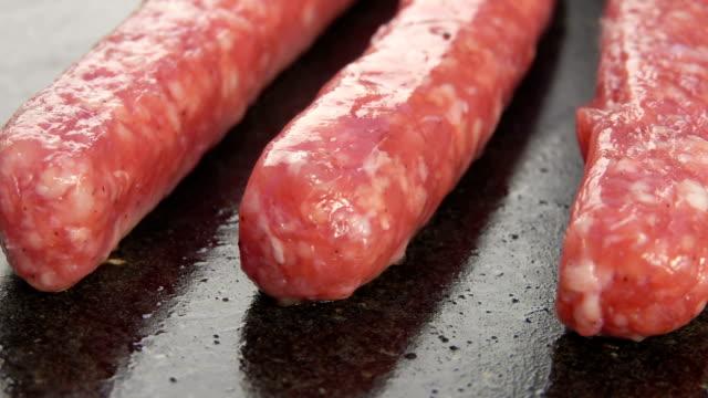 vídeos de stock, filmes e b-roll de salsichas deliciosas fritadas em uma grade - salsicha