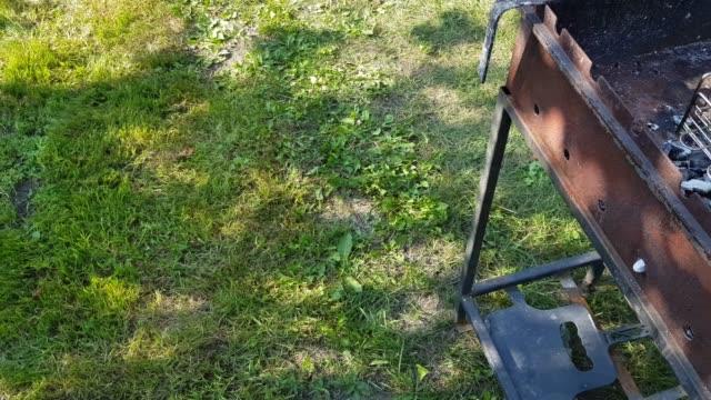 4k läckra biffar är stekt på en metall grill, en mans hand vänder grillen ligger på grillen, sommar, utomhus - lucia bildbanksvideor och videomaterial från bakom kulisserna