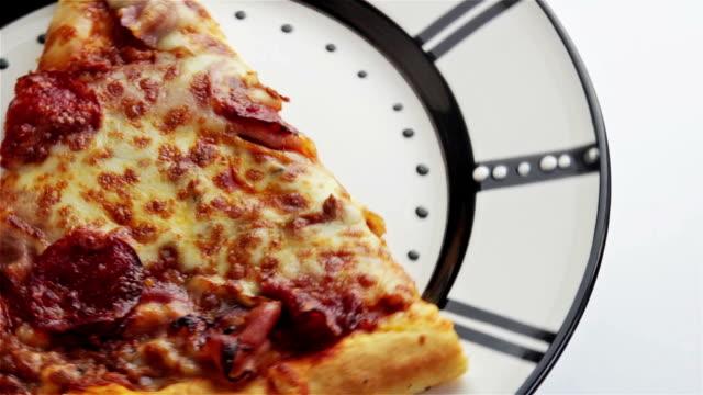 vídeos de stock, filmes e b-roll de deliciosa pizza saborosa de giro sem emenda - junk food