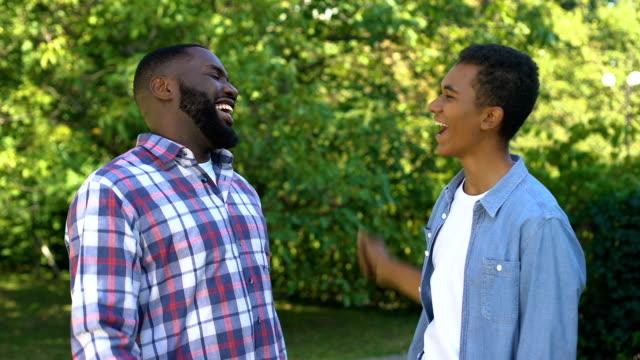 mutlu siyah adamlar yüksek beş veren, mutlu kardeşler birlikte zaman zevk - uzun fiziksel özellikler stok videoları ve detay görüntü çekimi