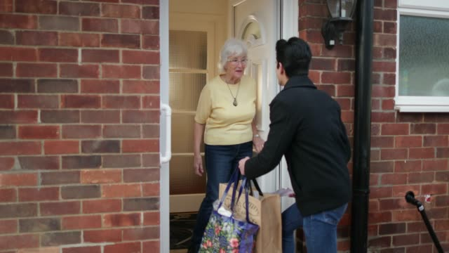 delivering groceries to the elderly - sostegno video stock e b–roll