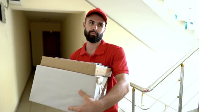 送貨男孩敲響門鈴, 等待 - postal worker 個影片檔及 b 捲影像