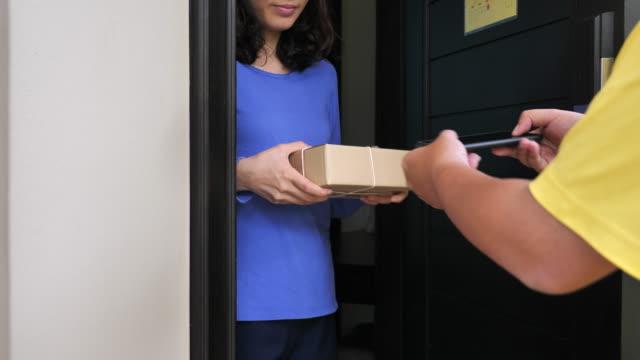 Auslieferungsfahrer mit Smartphone Kunden nehmen Signatur – Video