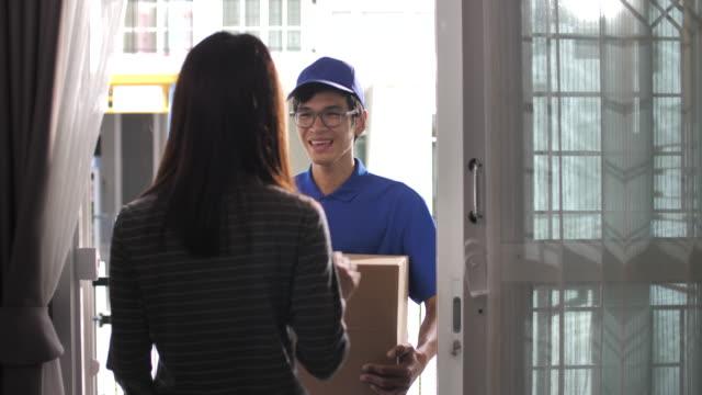 送貨員送貨上門包裹,網上購物 - postal worker 個影片檔及 b 捲影像