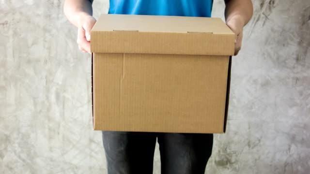 vídeos de stock e filmes b-roll de entrega homem segurando caixas de cartão. - cardboard box