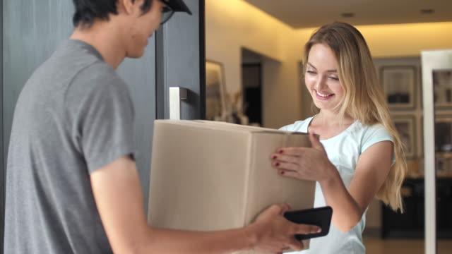 vídeos de stock e filmes b-roll de delivery man package delivery at home - entregar
