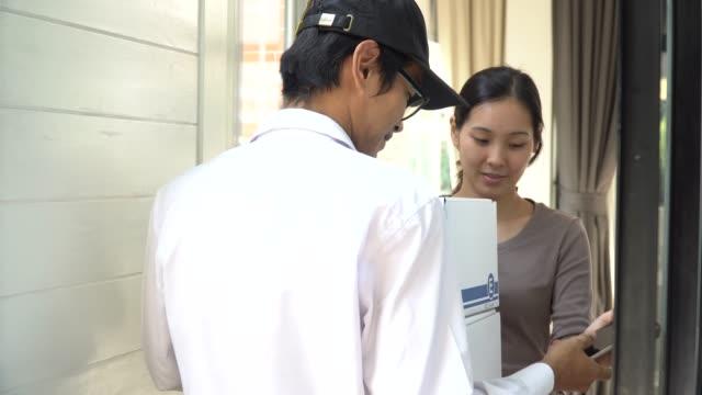 evde teslimat adam paketi teslim - sahanlık stok videoları ve detay görüntü çekimi