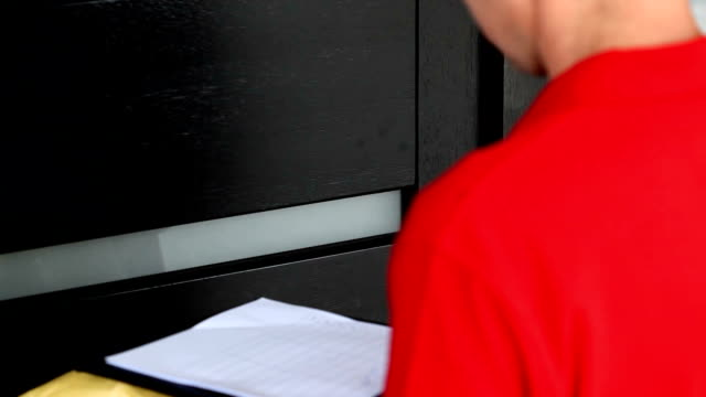 vídeos de stock e filmes b-roll de homem de entrega de esperar pela assinatura do cliente - door knock