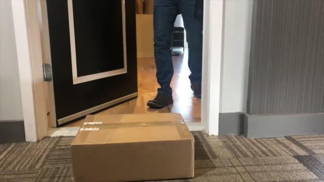 paket kapı, pikap dışında teslim - sahanlık stok videoları ve detay görüntü çekimi