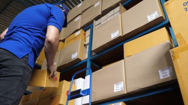 運送工人拿著紙箱 - postal worker 個影片檔及 b 捲影像
