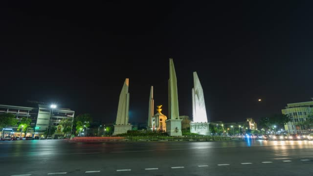 vídeos de stock e filmes b-roll de democracy monument with night traffic, bangkok, thailand, time lapse video - democracy illustration