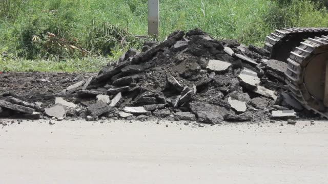 stockvideo's en b-roll-footage met demolition asphalt. - shovel
