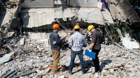 vídeos y material grabado en eventos de stock de equipos de supervisores de control de demolición y capataz discutiendo sobre edificio demoler. - construir