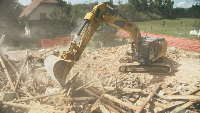 cs rivning grävmaskin rensar skräp på webbplatsen rivning - excavator bildbanksvideor och videomaterial från bakom kulisserna