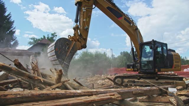 cs rivning grävmaskin i drift på platsen av en gammal byggnad tas - excavator bildbanksvideor och videomaterial från bakom kulisserna