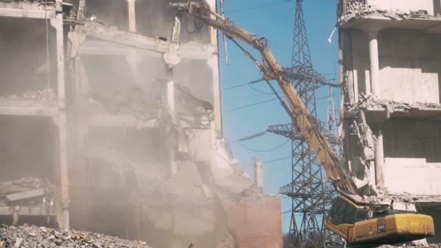 demolition of a building - уничтоженный стоковые видео и кадры b-roll