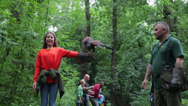 demonstrating on a field trip - viaggio d'istruzione video stock e b–roll