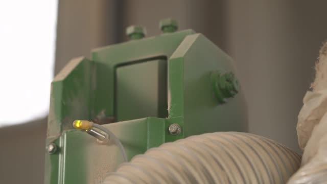 a demonstration video of a briquette machine producing sawdust briquettes. industrial manufacture concept - биомасса возобновляемая энергия стоковые видео и кадры b-roll