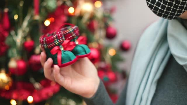 demonstration x-mas spielzeug in form von kleinen weihnachtsmann stiefel in der hand des käufers. - nikolaus stiefel stock-videos und b-roll-filmmaterial