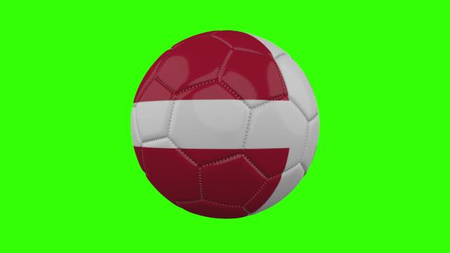 vídeos de stock, filmes e b-roll de bandeira dinamarquesa na bola gira em fundo alfa verde transparente, loop - futebol internacional