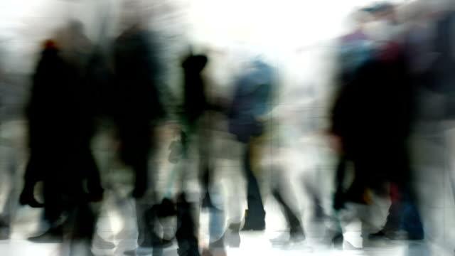 people walking through a hall : dense, colorfull (loop) - huzur resmi stok videoları ve detay görüntü çekimi