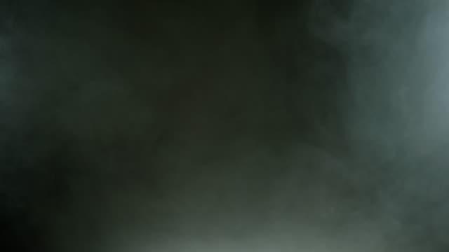 vídeos de stock e filmes b-roll de dense fluffy puffs of white smoke and fog - largo descrição física
