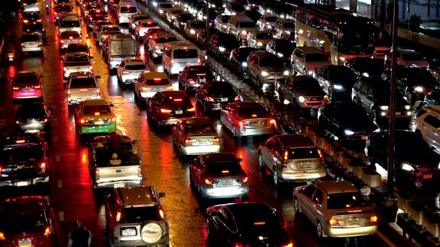 タイのバンコクの雨の夜にフェットプララムロードの密な夜の交通渋滞。 - 渋滞点の映像素材/bロール