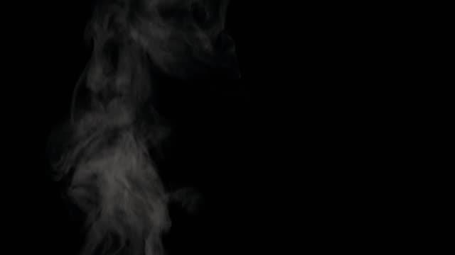 煙や蒸気を黒の背景に渦巻くの緻密な画面 - 蒸気点の映像素材/bロール