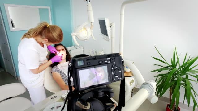 Dentiste et fille à la séance photo - Vidéo