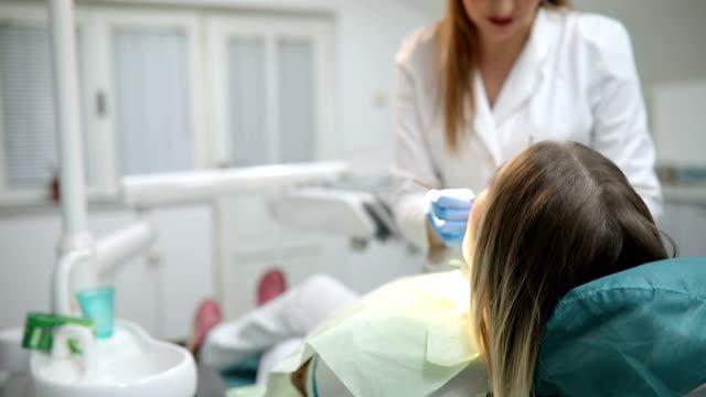 Dentista una paciente de sexo femenino de secado - vídeo