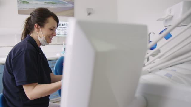 tandläkare diskuterar testresultat med patient - two dentists talking bildbanksvideor och videomaterial från bakom kulisserna