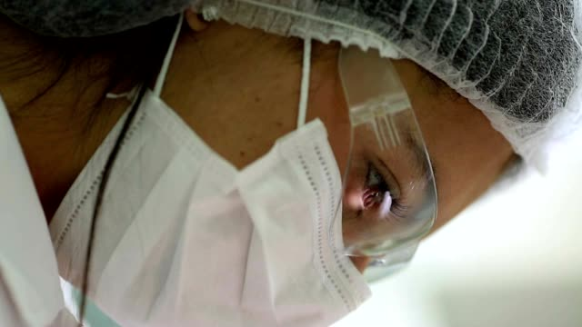 dentista esaminando i denti del paziente. donna lavorando su paziente di cura dentale mal di denti e igiene - guanto indumento sportivo protettivo video stock e b–roll