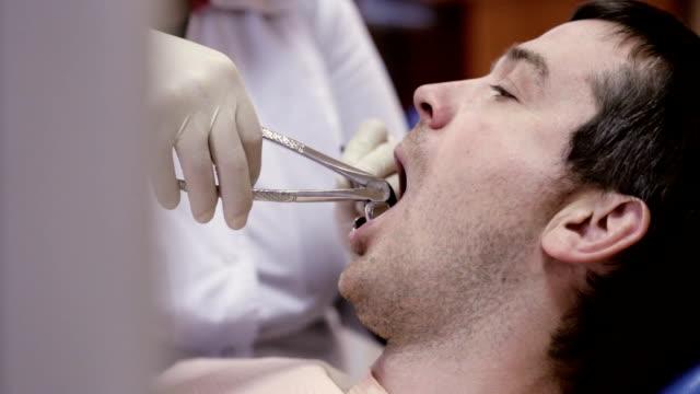 diş diş kliniği, dişçi çekin. - dişçi stok videoları ve detay görüntü çekimi