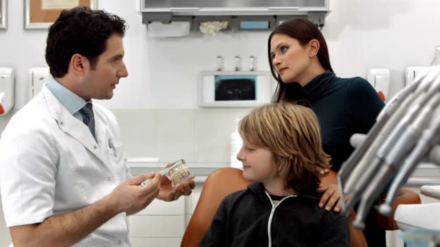 DOLLY HD: Dentista enseñanza un niño cómo cepillo de dientes - vídeo